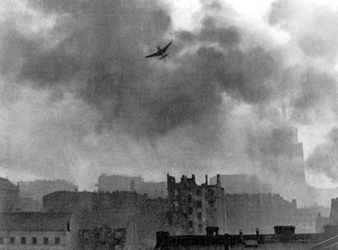 Z otwartego archiwum Wikipedia Commons https://commons.wikimedia.org/wiki/File:Warsaw_Uprising_stuka_ju-87_bombing_Old_Town.jpg