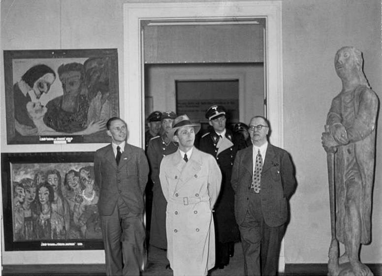 Minister Propagandy Goebbels z wizytą na wystawie, Monachium 1937, źródło: Bundesarchiv, Bild 183-H02648 / CC-BY-SA 3.0 https://en.wikipedia.org/wiki/Degenerate_Art_Exhibition#/media/File:Ausstellung_entartete_kunst_1937.jpg