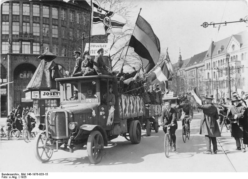 Berlin 1925, propaganda wyborcza, Bundesarchiv, Bild 146-1976-033-15 / CC-BY-SA 3.0 https://commons.wikimedia.org/wiki/File:Bundesarchiv_Bild_146-1976-033-15,_Berlin,_Wahlpropaganda.jpg