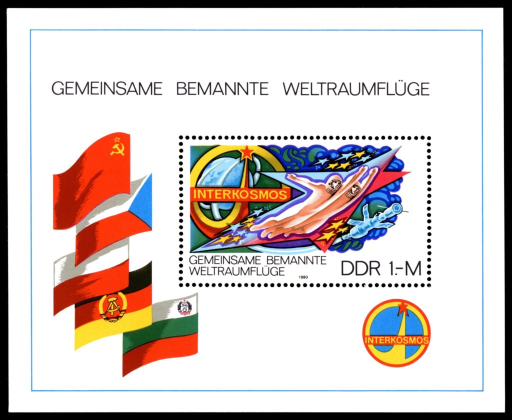 Znaczek pocztowy wyemitowany z okazji programu Interkosmos https://pl.wikipedia.org/wiki/Program_Interkosmos Z otwartego archiwum Wikipedii https://pl.wikipedia.org/wiki/Program_Interkosmos#/media/File:Stamps_of_Germany_(DDR)_1980,_MiNr_Block_058.jpg